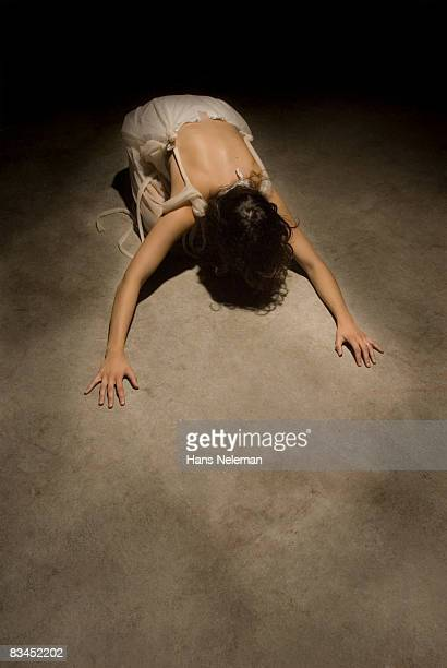 young woman in kneeling in prayer - mulher orando de joelhos imagens e fotografias de stock
