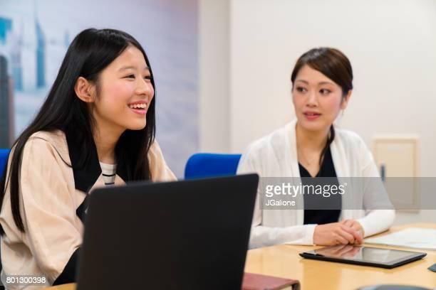 会議の若い女性