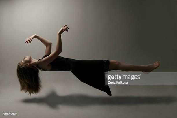 young woman in mid-air - in der luft schwebend stock-fotos und bilder