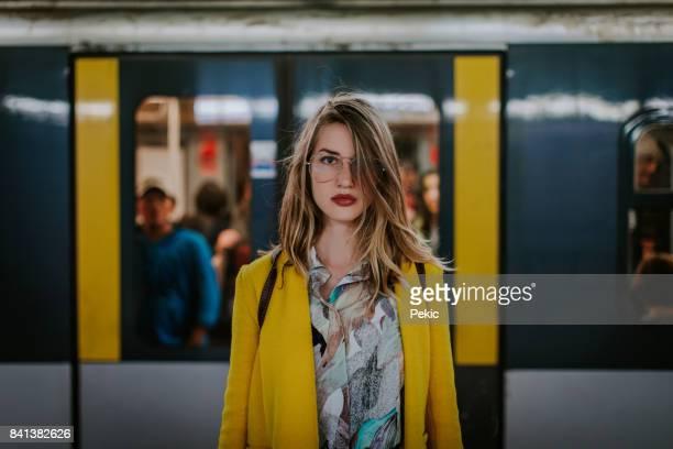 Junge Frau in Milan u-Bahnstation