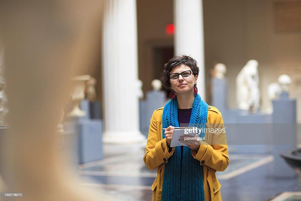 若い女性の博物館 : ストックフォト