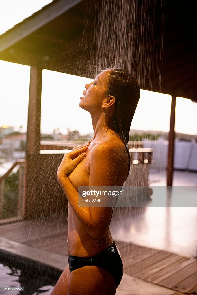 Young woman in outdoor shower : Stock-Foto