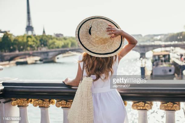 joven cita en parís - paris fotografías e imágenes de stock