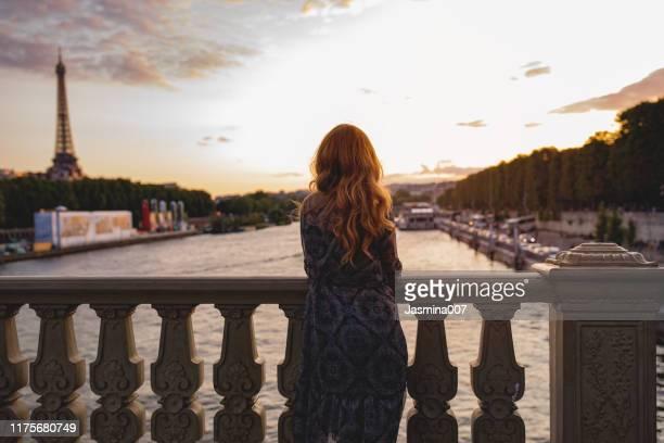 jeune femme à paris - adulte d'âge moyen photos et images de collection