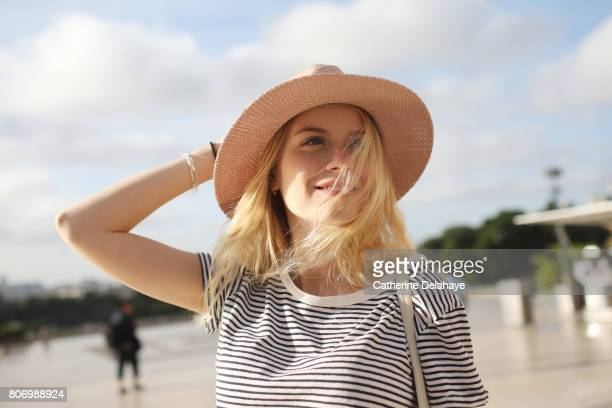 a young woman in paris - jeune femme blonde photos et images de collection