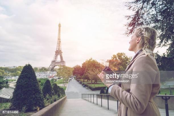 Jeune femme à Paris avec une caméra dans les mains, vérifier les images
