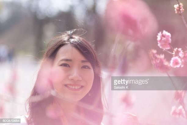 梅の花の若い女性