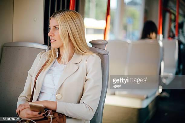 Junge Frau In den öffentlichen Verkehrsmitteln.