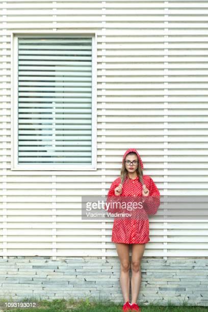 jeune femme en tenue rouge - personnage imaginaire photos et images de collection