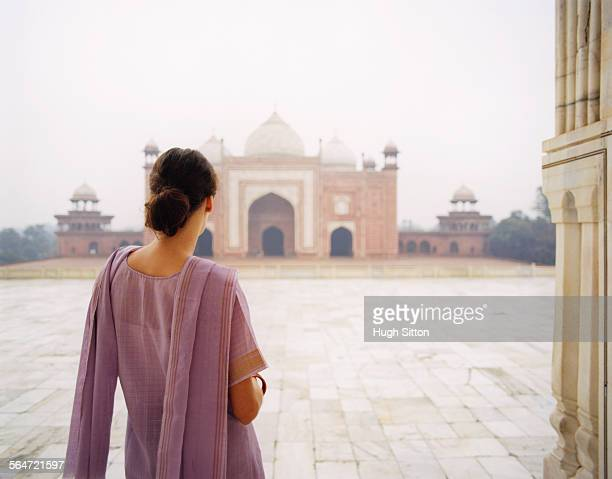 young woman in sari at taj mahal - hugh sitton stockfoto's en -beelden
