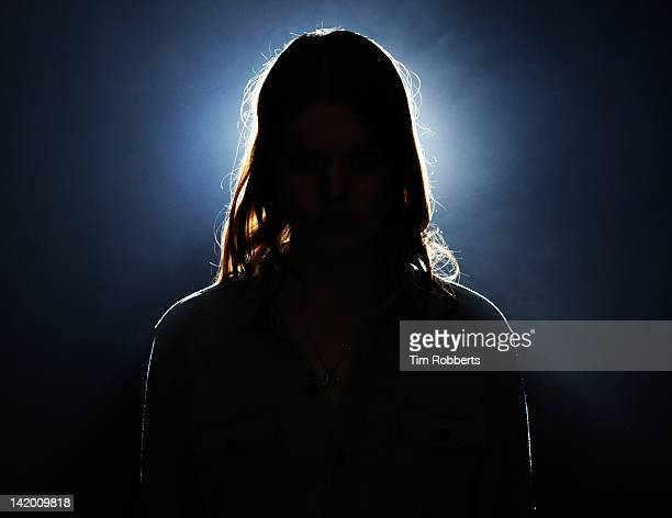 young woman in silhouette. - onherkenbaar persoon stockfoto's en -beelden