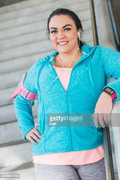 Jeune femme en vêtements Tracker de remise en forme de sport