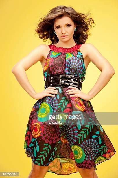 Junge Frau im Sommer Kleid Porträt