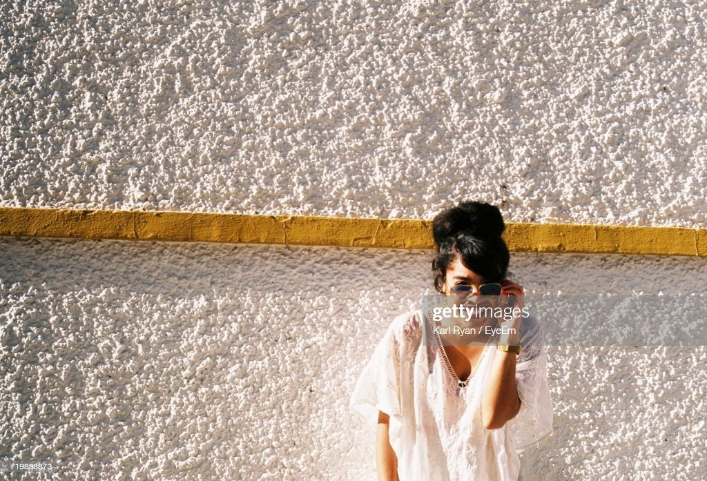 Young Woman In Sunglasses At Beach : Stock-Foto
