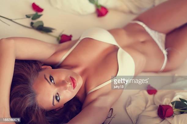 jovem mulher na cama - reclinando - fotografias e filmes do acervo