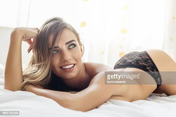 Jeune femme dans la chambre à coucher
