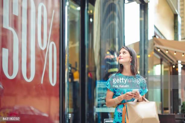 Jonge vrouw in de stad