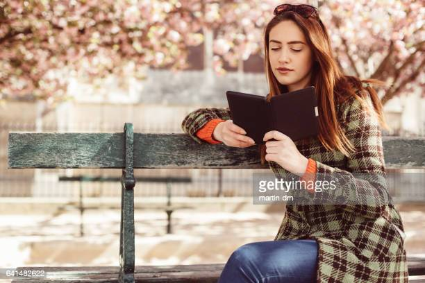 Jonge vrouw in het park