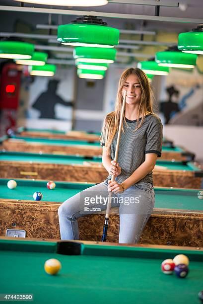 若い女性のプールホール
