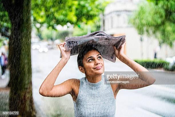 Mujer joven en la lluvia.
