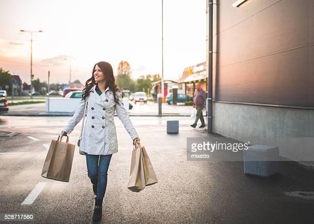 Junge Frau in den Geschäften