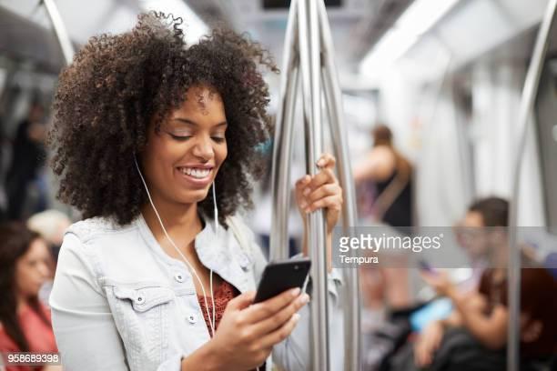スマート フォンを使用して通りの若い女性。