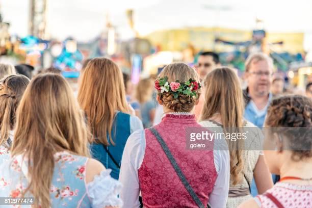 junge Frau in traditioneller Kleidung auf dem Oktoberfest in München