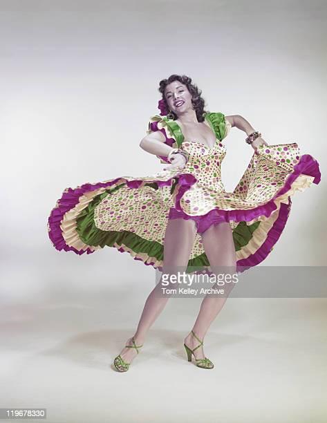 Jeune femme en robe traditionnelle de danse