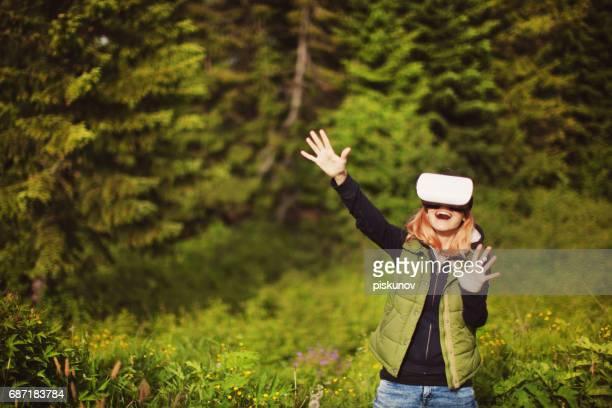 Ung kvinna i virtuell verklighet headset