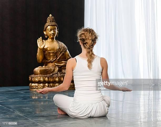 joven mujer de yoga pose - buda fotografías e imágenes de stock