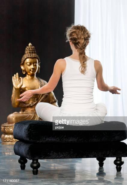 Jeune femme en train de faire du yoga