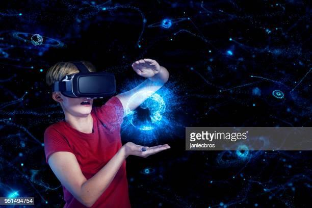 仮想現実の中の若い女。地球モデル - 仮想空間の視点 ストックフォトと画像