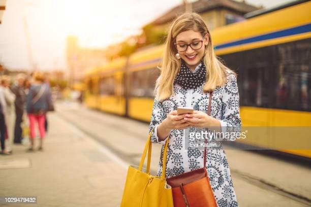 joven es verificar sus mensajes - amarillo color fotografías e imágenes de stock
