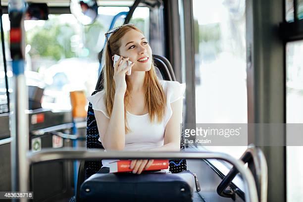 Junge Frau am Telefon während der Fahrt