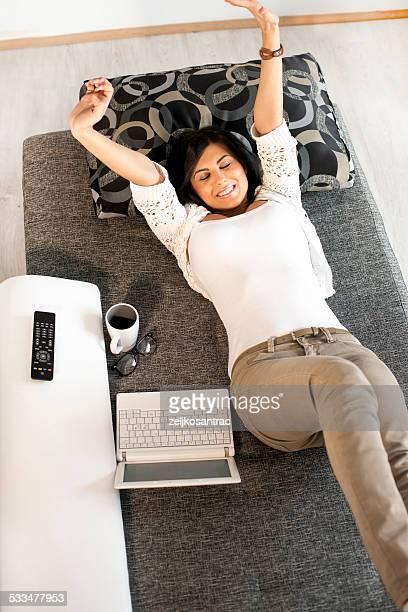 若い女性がストレッチのベッド