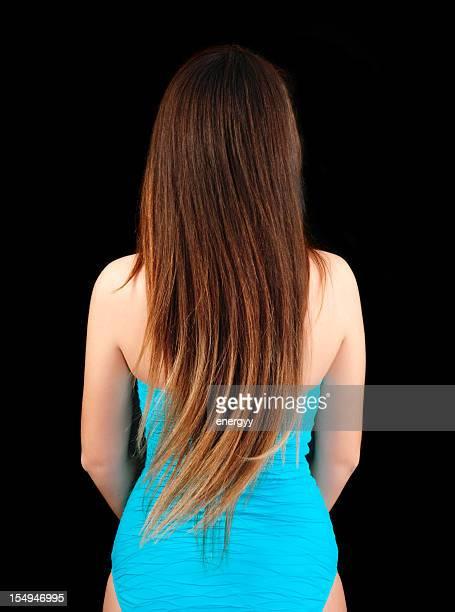 Jeune femme est de se retourner cheveux