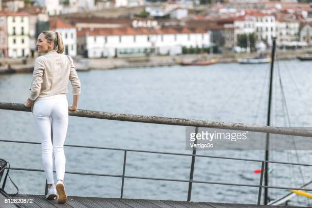若い女性が川を見ています。