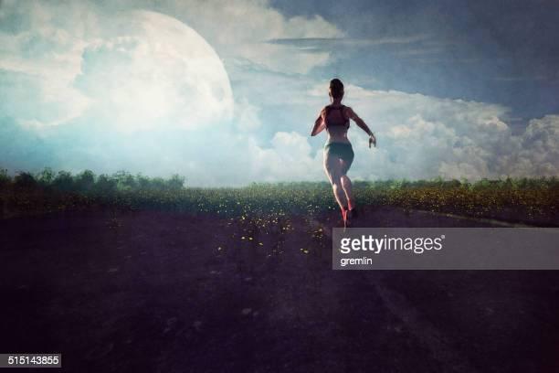 Mujer joven para correr en la noche