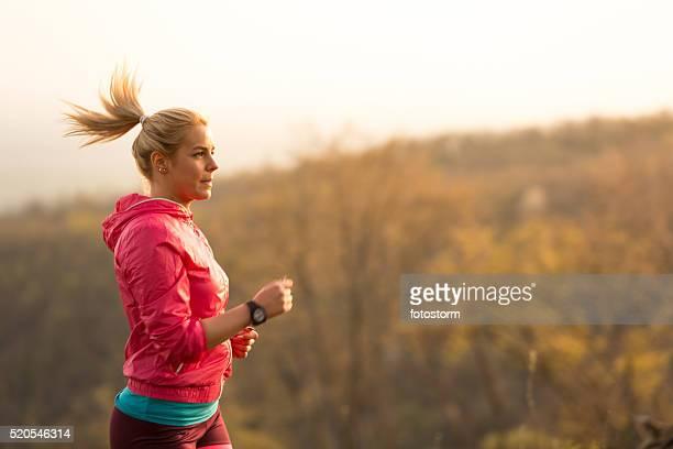 Junge Frau Joggen in der Natur