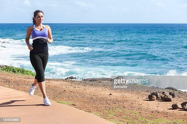 近くのジョギングの若い女性の海
