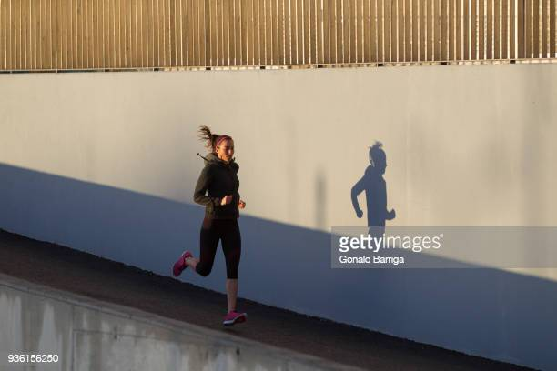 young woman jogging - morning stockfoto's en -beelden