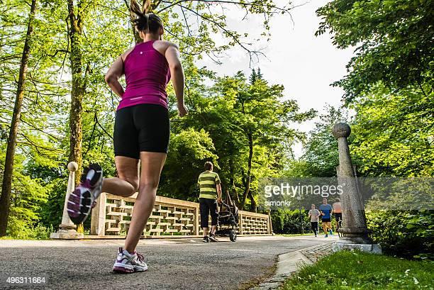 若い女性のジョギング、背面外観 - 背景に人 ストックフォトと画像