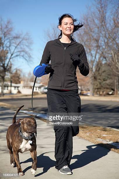 Mujer joven para correr en un perro.