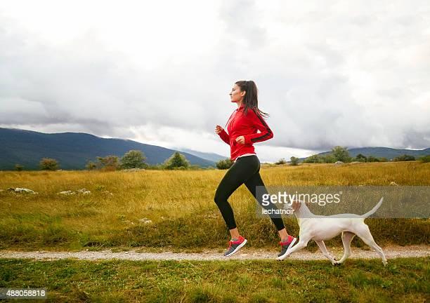Junge Frau mit Ihrem Hund Joggen