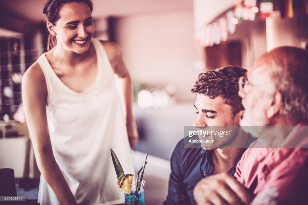 コーヒー ・ バー、ヨーロッパでシニアと若い男性に参加する若い女性 : ストックフォト