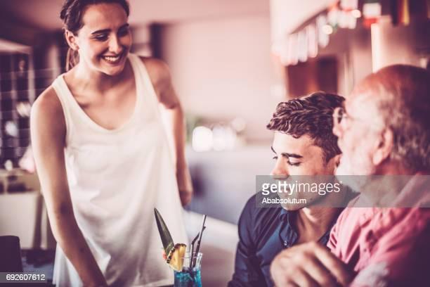 コーヒー ・ バー、ヨーロッパでシニアと若い男性に参加する若い女性 - 接近する ストックフォトと画像