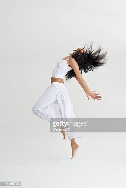 young woman jumping and dancing - in de lucht zwevend stockfoto's en -beelden
