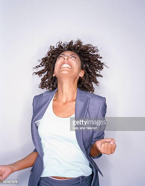 young woman jumping and smiling - em êxtase - fotografias e filmes do acervo