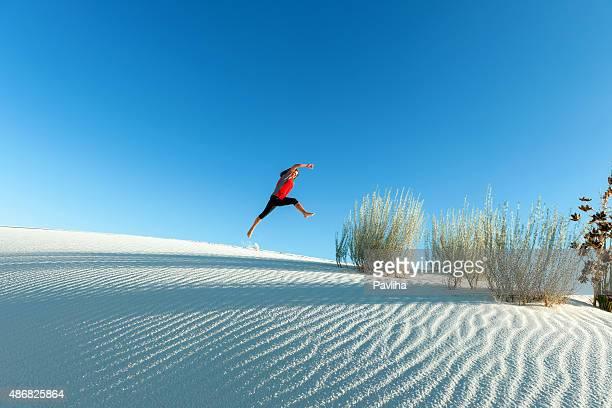 Jovem saltar no Monumento Nacional White Sands EUA