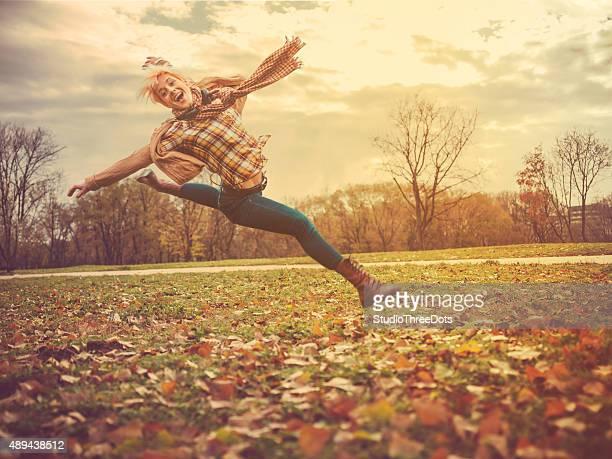 Jeune femme sauter en plein air
